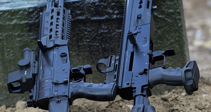 Rifle AK-12 (5,45mm) de cano liso e carregamento automático (à esquerda) e o fuzil semiautomático Saiga-12 versão 340 (12K) no fórum técnico-militar EXÉRCITO 2015 internacional em Kubinka