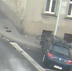 Poste salva pedestre de acidente horrível