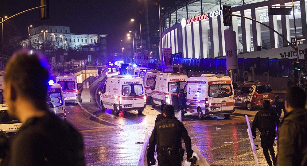 Policiais e ambulâncias ao lado do estádio em Istambul em que ocorreram duas fortes explosões, 10 de dezembro de 2016.