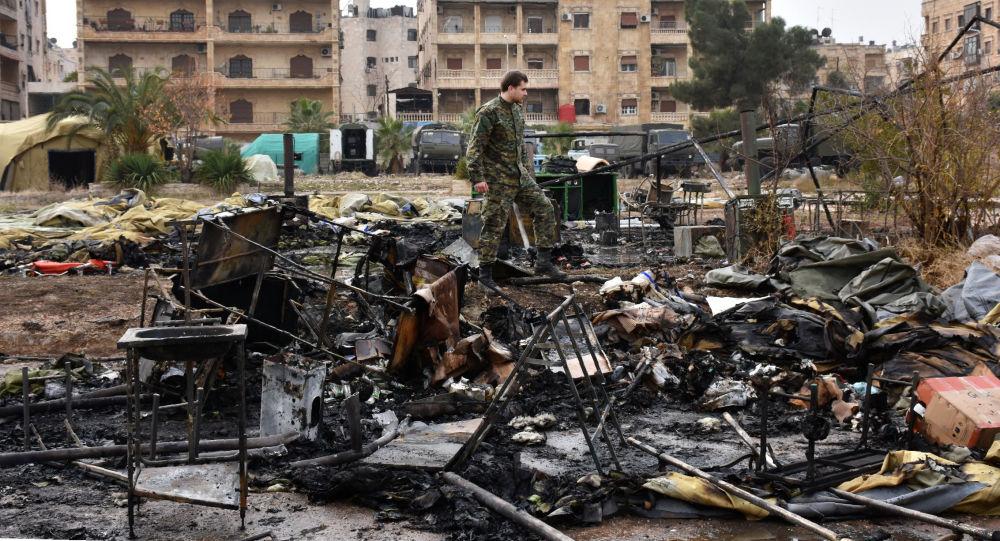Soldado sobre ruínas de hospital russo atacado por terroristas em Aleppo