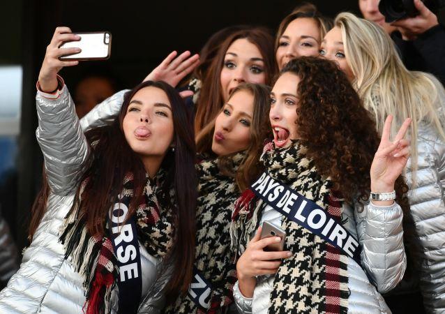 Participantes do concurso Miss França 2017 tiram selfie de grupo em Montpellier