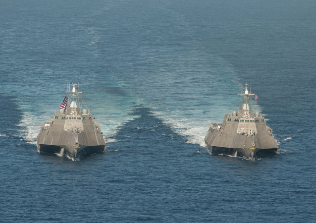 Navios de combate litoral USS Independence (LCS 2), à esquerda, and USS Coronado (LCS 4) à direita.