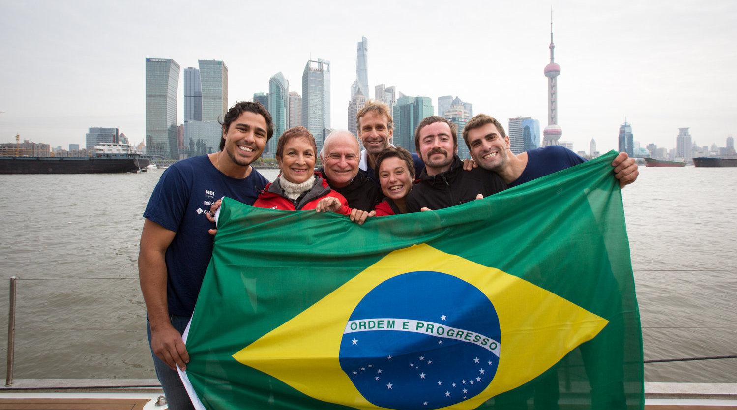 Tripulação comemora a chegada em Xangai