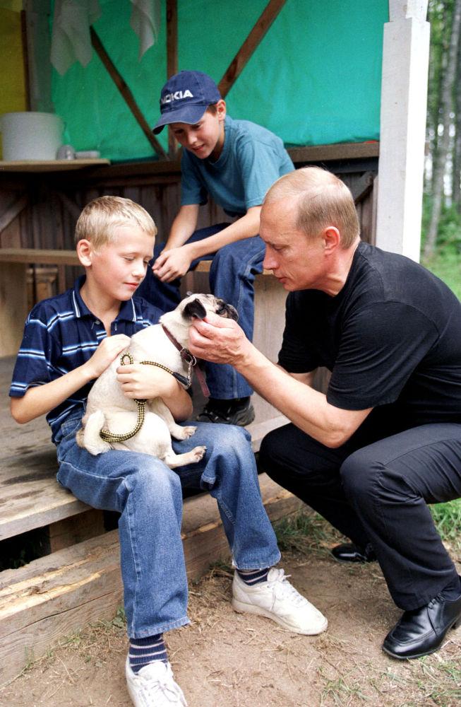 Vladimir Putin visitou uma aldeia nos arredores de São Petersburgo e se encontrou com locais, inclusive com um cachorro de raça pug