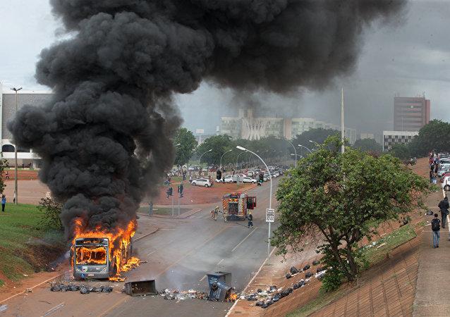 Manifestantes e policiais reproduzem cenário de guerra em Brasília após aprovação da PEC 55, em 13 de dezembro de 2016
