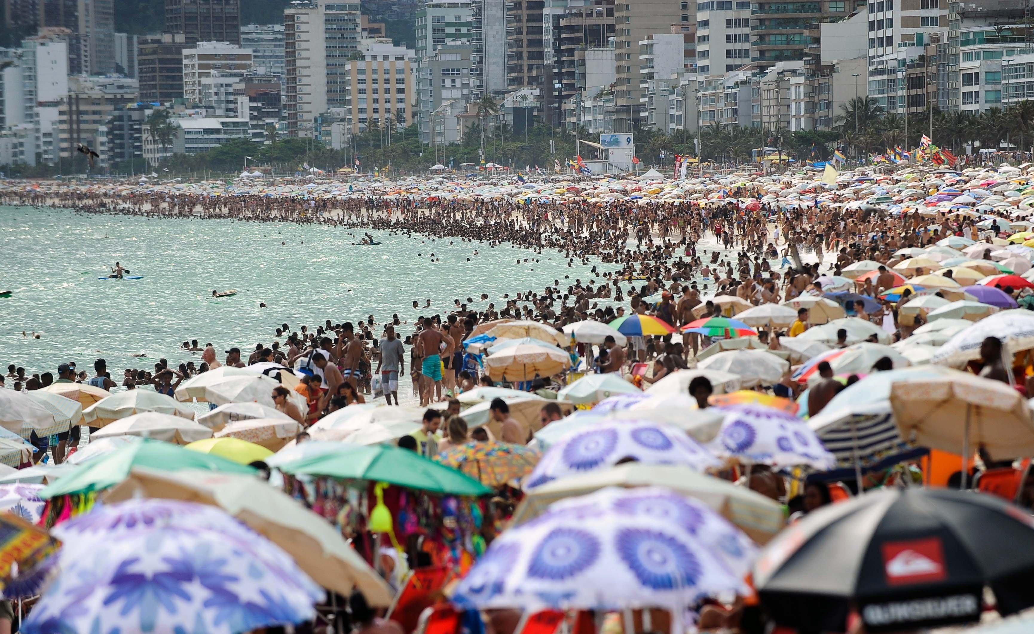 Praia de Ipanema no auge do verão carioca