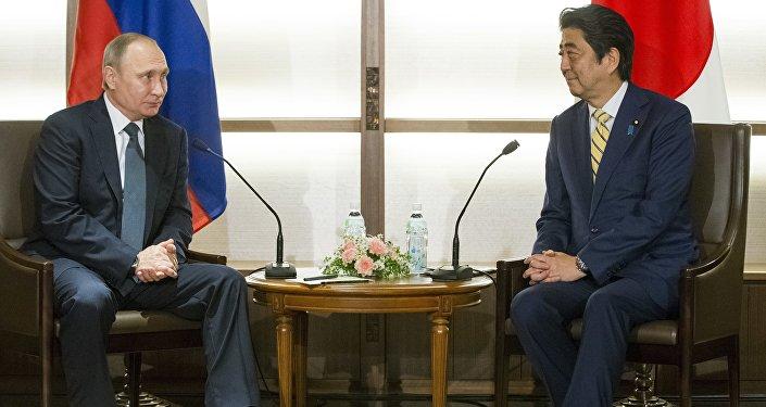 Reunião entre o presidente russo Vladimir Putin e o primeiro-ministro japonês Shinzo Abe em Nagato, Japão, 15 de dezembro de 2016