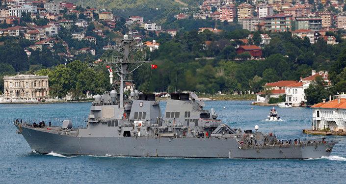 Destróier USS Porter da marinha dos EUA entra no mar Negro pelo estreito de Bósforo em Istambul (foto de arquivo)