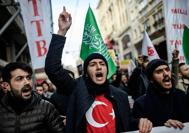 Manifestantes durante o protesto contra ações russas e sírias em Aleppo perante o consulado russo em Istambul, Turquia, 4 de dezembro de 2016