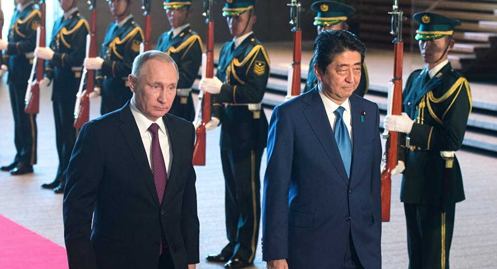 Vladimir Putin e Shinzo Abe durante a parte oficial do seu encontro em Tóquio, em 16 de dezembro de 2016