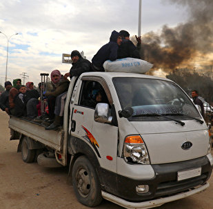 Os evacuados de Aleppo oriental chegam a uma área na ponta ocidental da cidade de Aleppo que é prendida por insurgentes, Syria 16 de dezembro de 2016