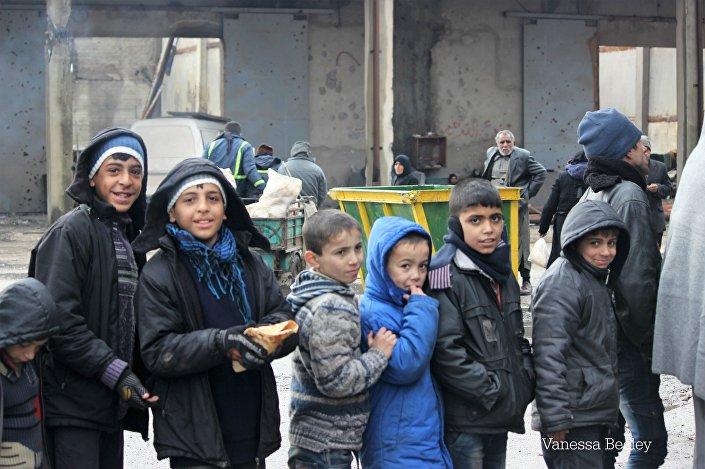 Crianças durante a evacuação em Aleppo oriental