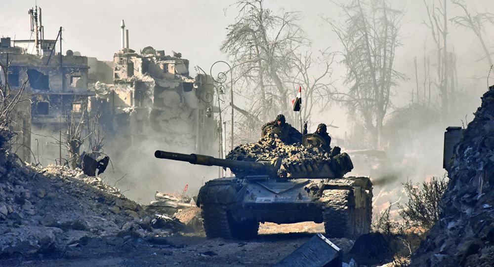 Forças pró-governo da Síria manobraram um tanque na área recém-reconquistada de Sahat al-Melh e Qasr al-Adly na Cidade Velha de Aleppo, em 8 de dezembro de 2016.