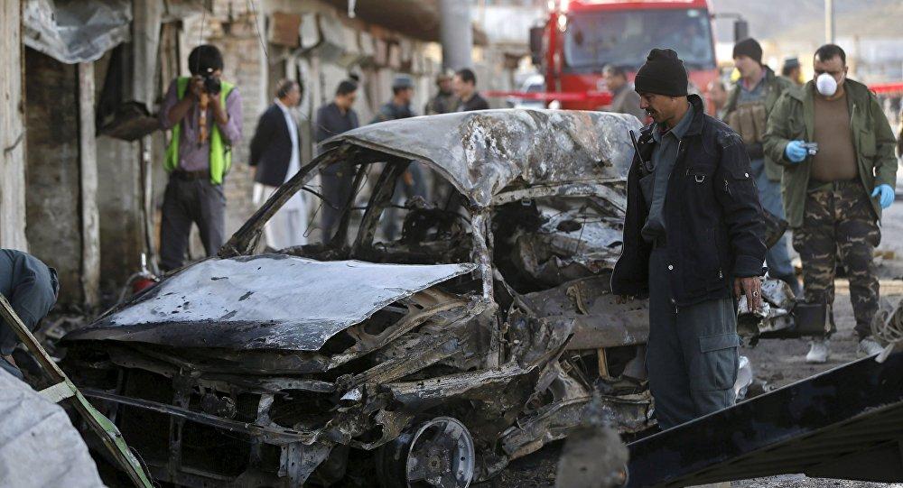Policiais do Afeganistão investigam o local de um ataque suicida em Cabul
