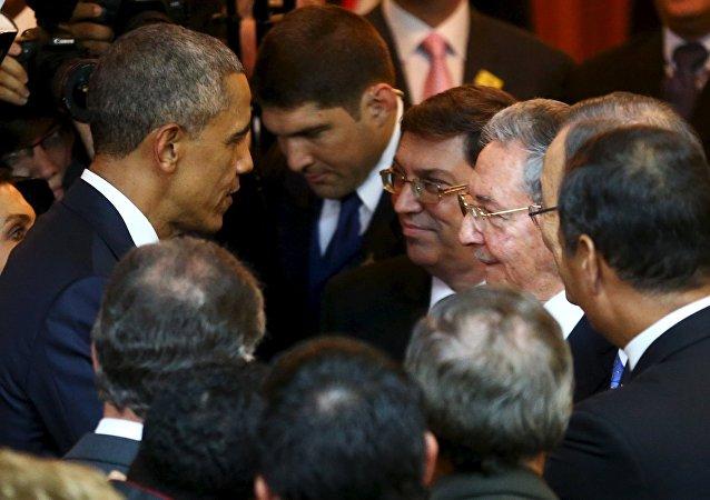 Barack Obama e Raúl Castro conversam antes da abertura da Cúpula das Américas