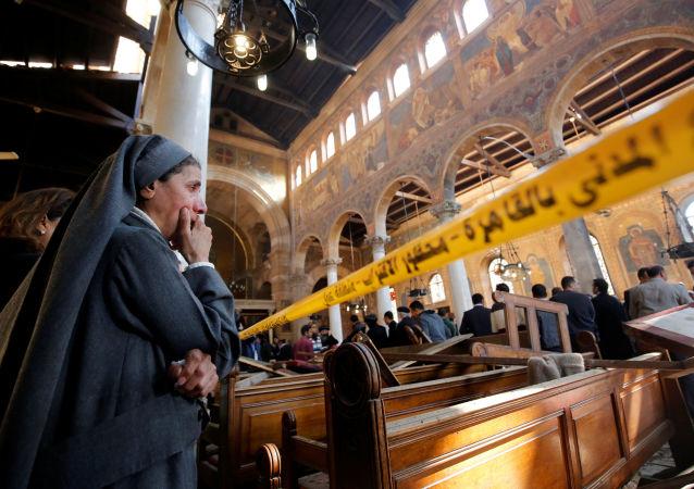 Freira chora vendo as consequências da explosão na catedral copta no Cairo, Egito
