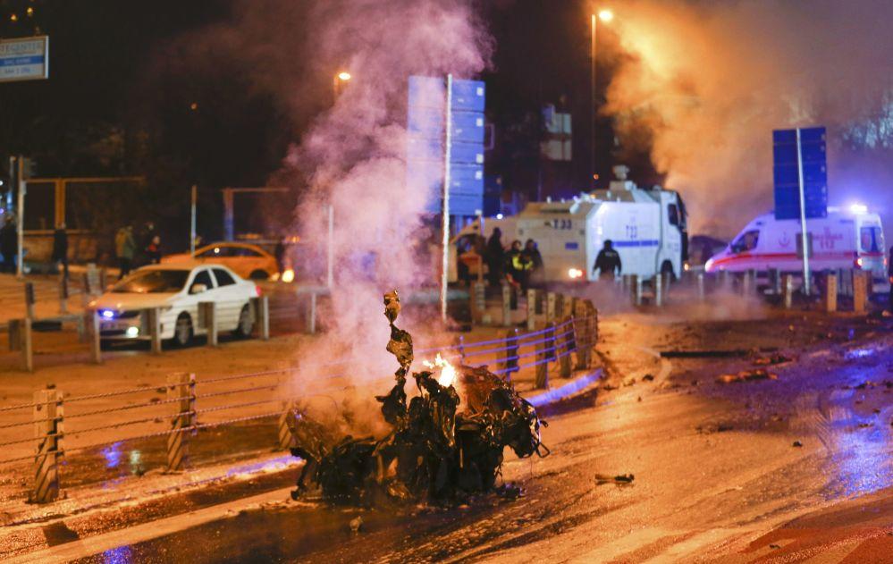 Polícia e ambulância no local da explosão em Istambul