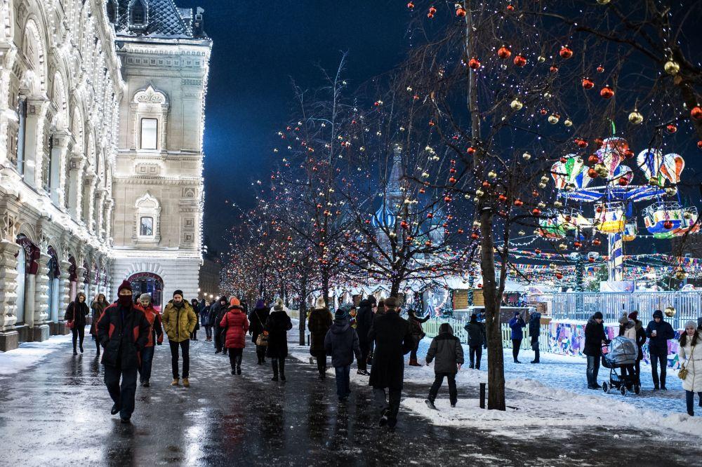 Moscovitas passeiam na Praça Vermelha