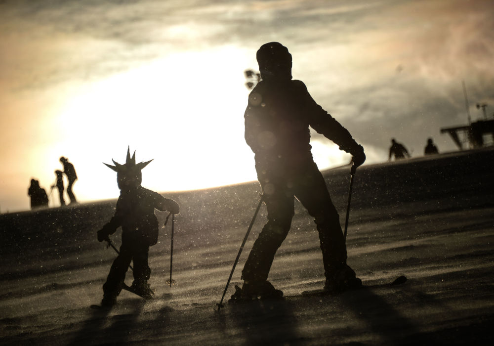 Pessoas esquiam em estação de esqui nos subúrbios de Moscou