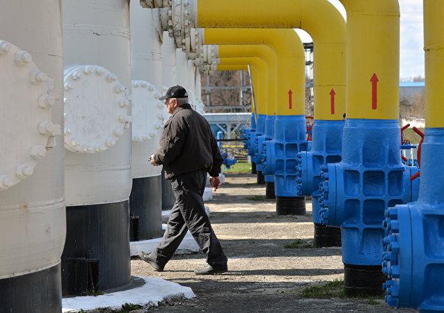 Um empregado passa por uma instalação de gás na cidade  Boyarka, região de Kiev, abril, 22, 2015