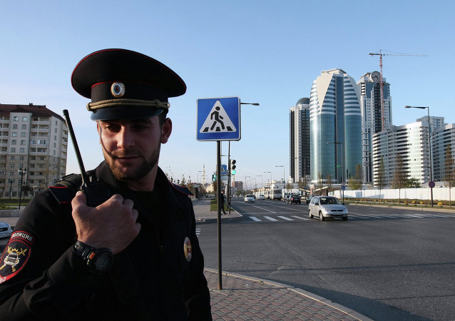 Um policial numa rua de Grozny, Chechênia, Rússia
