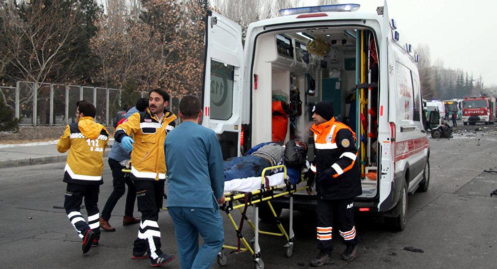 Homem ferido é levado para uma ambulância após um ônibus ter sido atingido por uma explosão em atentado suicida em Kayseri, Turquia, 17 de dezembro de 2016.