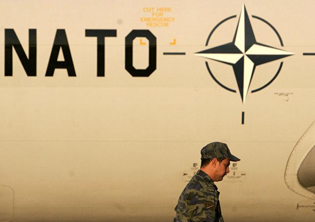 Soldado grego perto do avião da OTAN, foto de arquivo