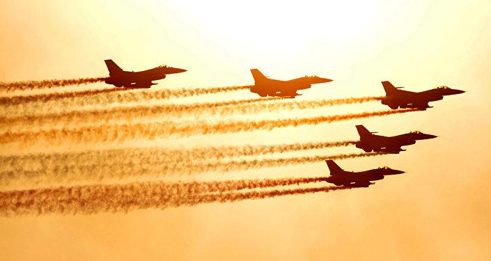 Caças F-16 da Força Aérea da Coreia do Sul realizam voo de demonstração durante a Exibição Internacional Aeroespacial e da Defeca em Seul, no aeroporto militar de Seongnam, no sul de Seul, em 23 de outubro em 2009