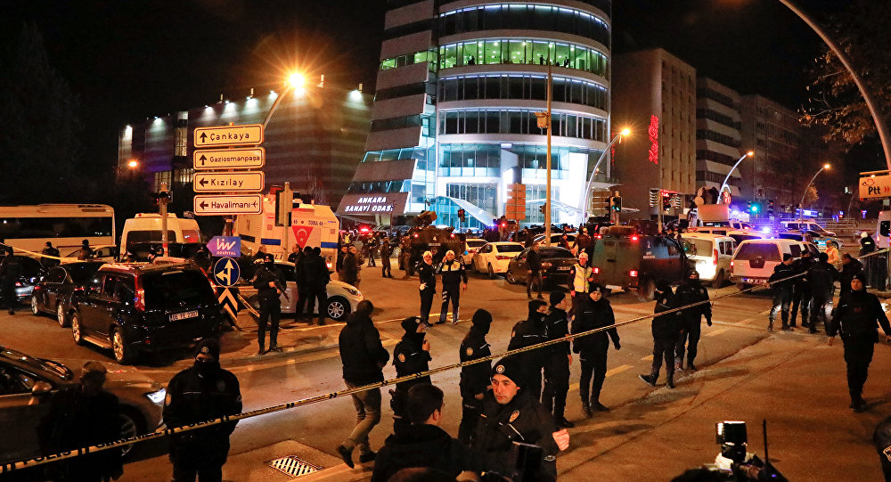 Polícia turca isola a área em torno da galeria, onde ocorreu o assassinato do Embaixador da Rússia, Andrei Karlov, 19 de dezembro, Ancara, Turquia