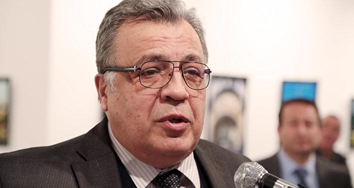 Embaixador da Rússia na Turquia, Andrei Karlov, momentos antes de ser assassinado em Ancara