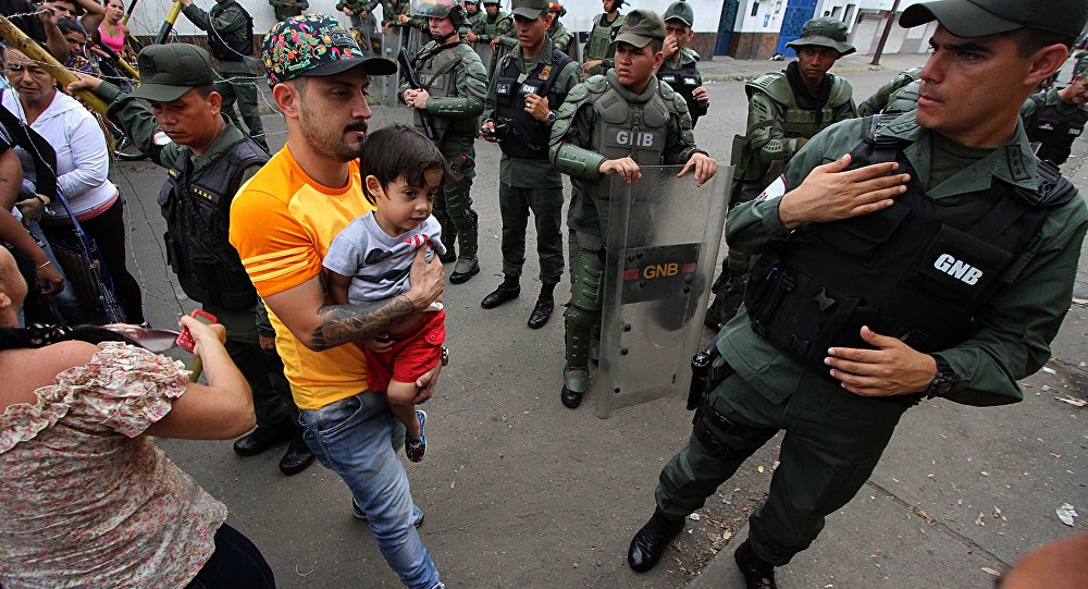 Pessoas retidas na Venezuela tentam cruzar a fronteira para voltar ao seu país