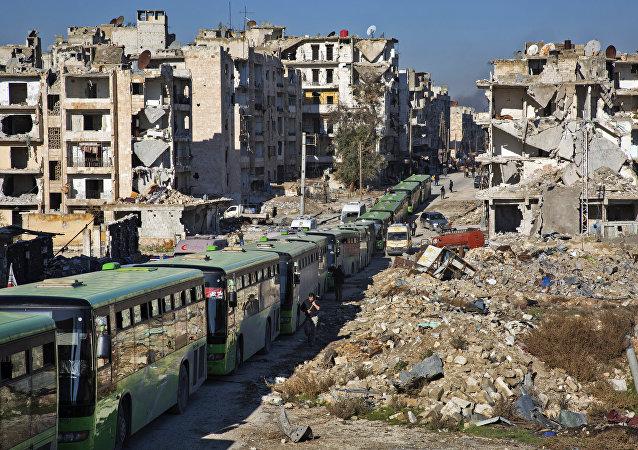 Ônibuses são vistos durante uma operação de evacuação de rebeldes e suas famílias de bairros rebeldes na cidade de Aleppo em 15 de dezembro de 2016
