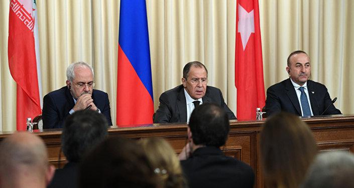 Ministros das Relações Exteriores do Irã, Rússia e Turquia: Mohammad Javad Zarif, Sergei Lavrov e Mevlut Cavusoglu