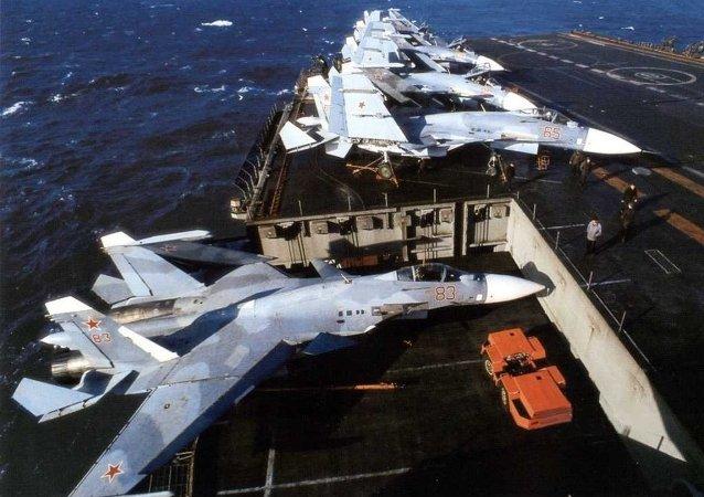Caças Su-33 a bordo do porta-aviões russo Admiral Kuznetsov