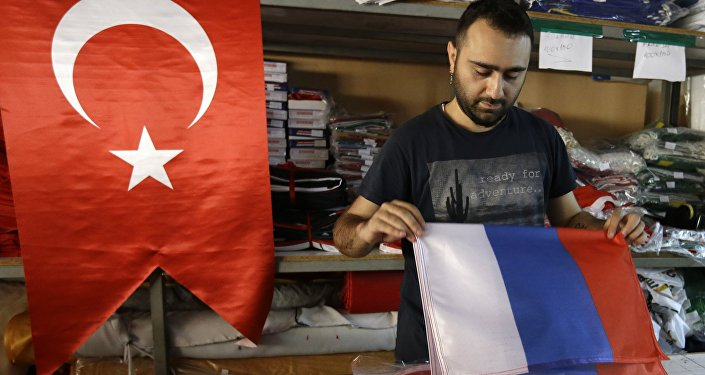 Istambul, Turquia, funcionário de uma loja manuseia bandeira da Rússia, 09 de agosto de 2016