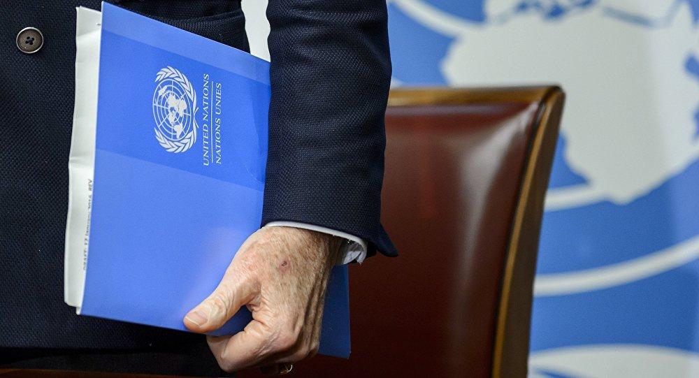 O enviado da ONU para a Síria, Staffan De Mistura, com documentos nos Escritórios das Nações Unidas em Genebra, em 25 de janeiro de 2016