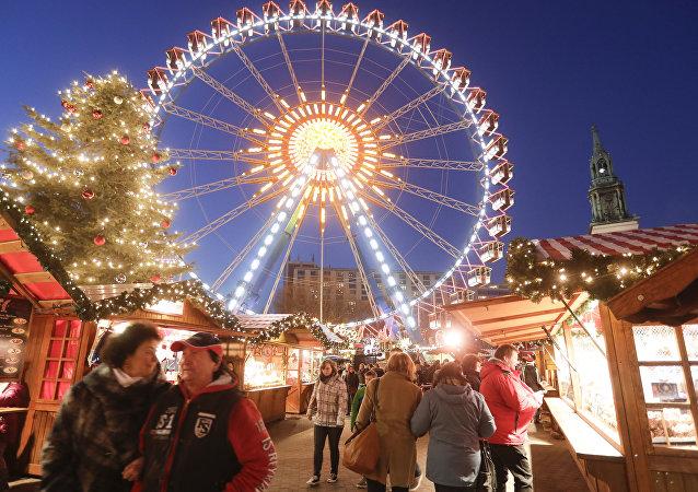 Pessoas visitam mercado de Natal perto da Prefeitura de Berlim dois dias após o atentado na praça Breitscheidplatz