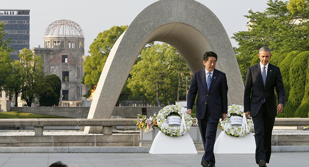 O presidente dos EUA, Barack Obama, em visita histórica a Hiroshima, em 27 de maio de 2016, presta homenagem às vítimas da bomba atômica que destruiu a cidade há mais de 70 anos