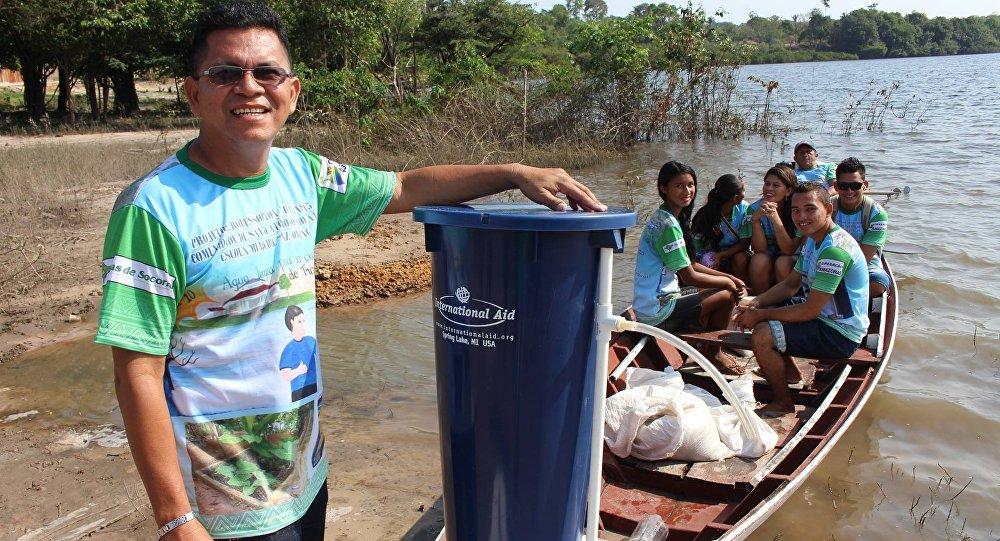 Professor Valter Menezes e seus alunos saindo para instalação de filtros nas residências dos ribeirinhos