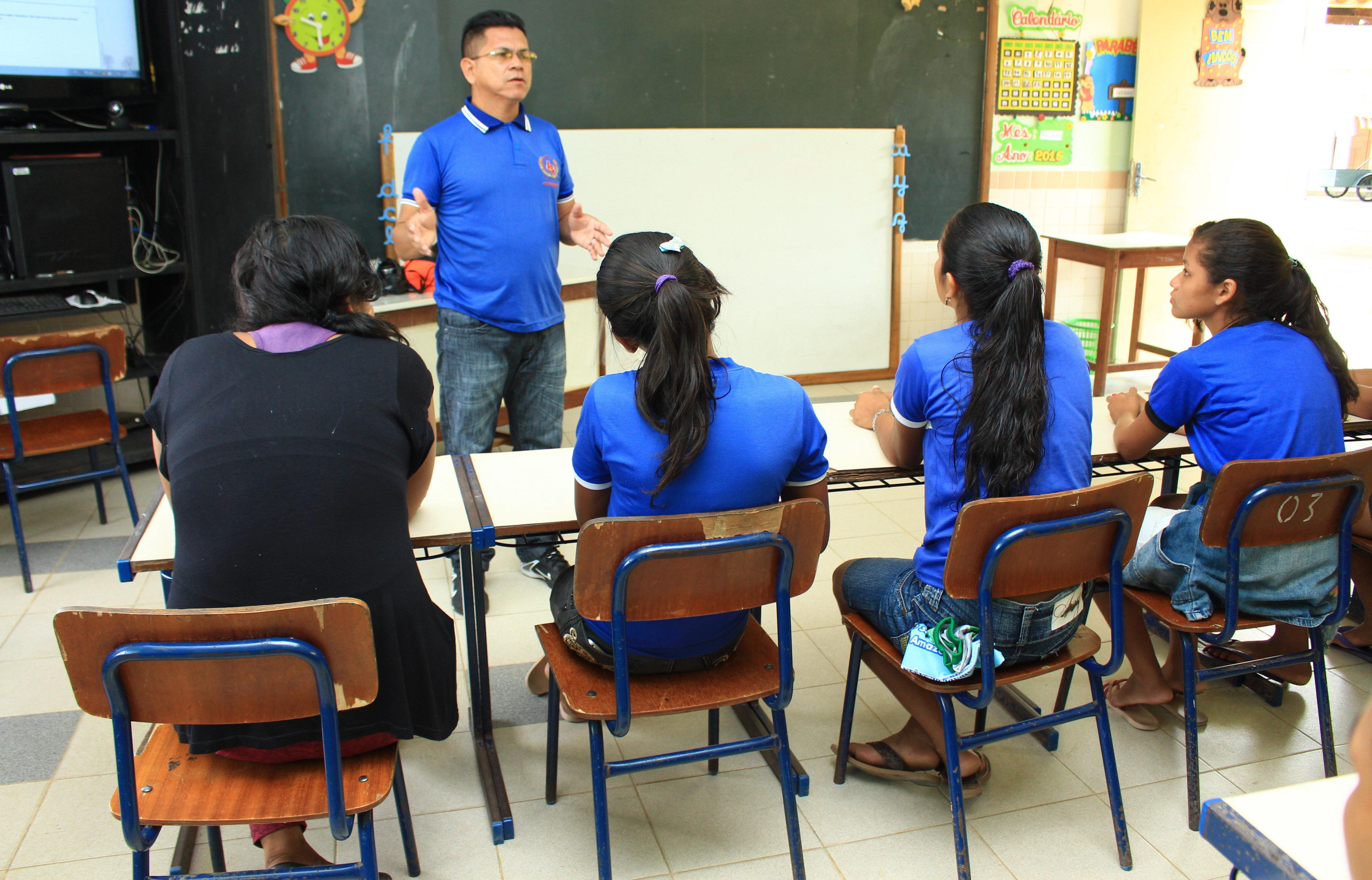 Professor Valter Menezes apresenta o projeto de construção da fossa biológica para a comunidade escolar