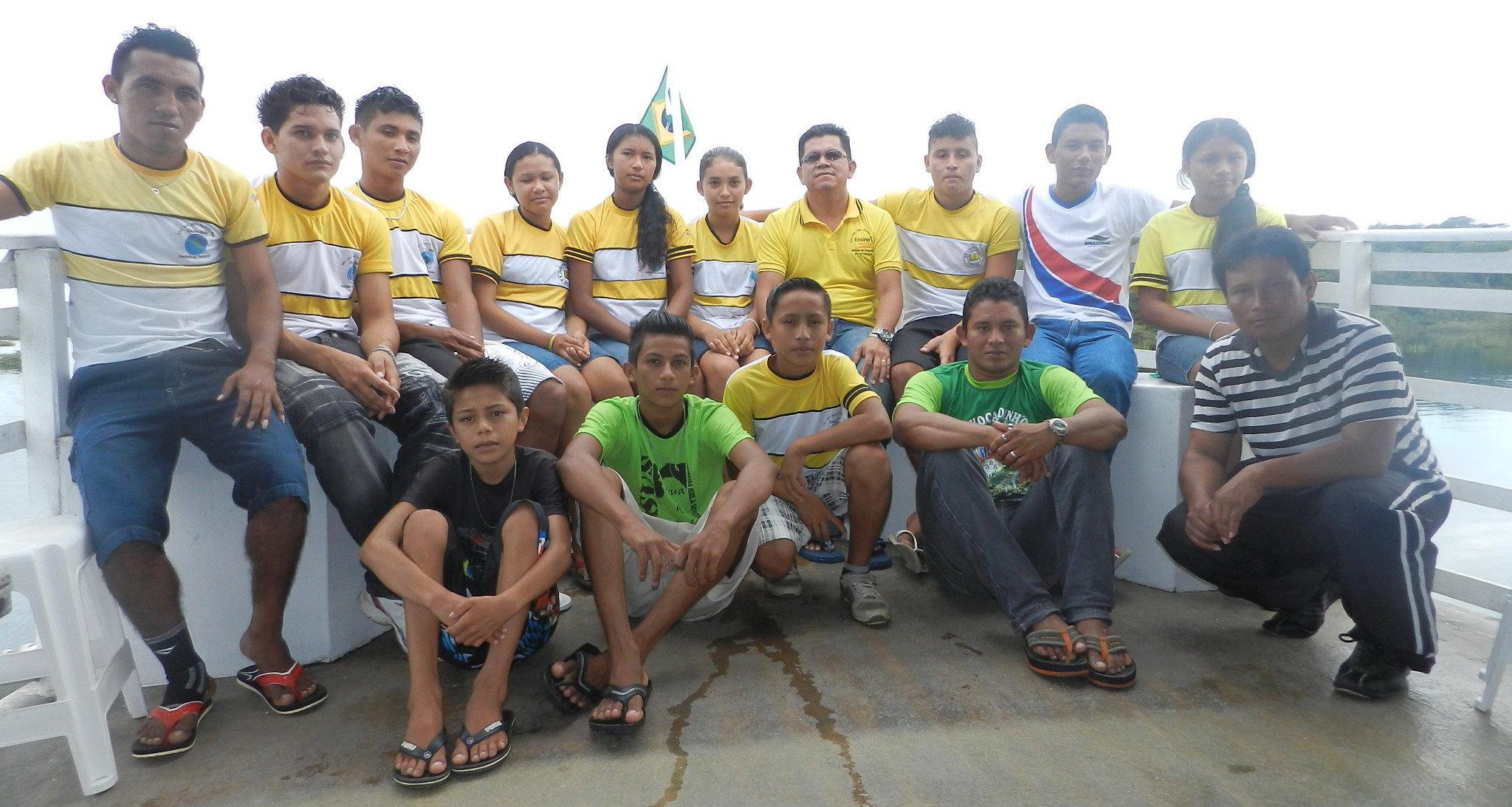 O professor Menezes e a equipe de alunos do projeto primordial para a região ribeirinha do rio Tracajá
