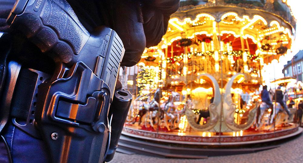 Polícia alemã faz vigilância perto do mercado natalino em Berlim