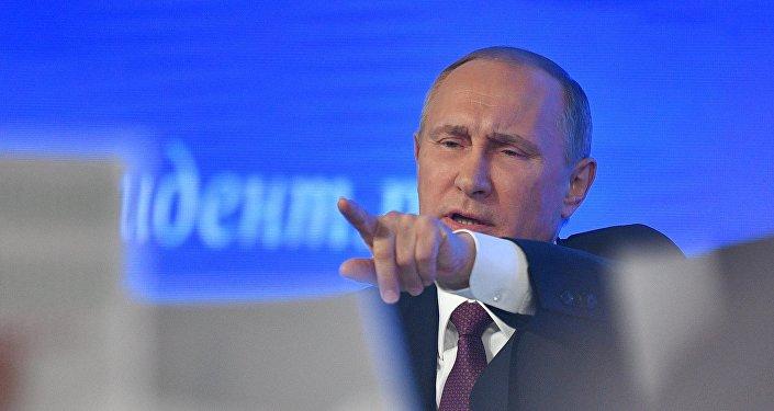 Vladimir Putin responde a uma pergunta durante a sua grande coletiva de imprensa anual em 23 de dezembro de 2016