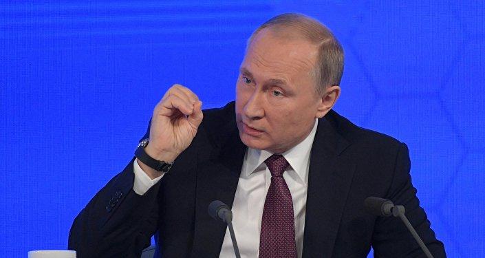 Vladimir Putin gesticula durante a sua coletiva de imprensa anual em 23 de dezembro de 2016