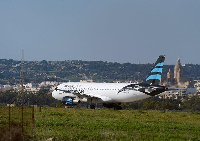 Avião sequestrado, um Airbus A320 operado pela Afriqiyah Airways, depois de pousar no aeroporto de Luqa, em Malta