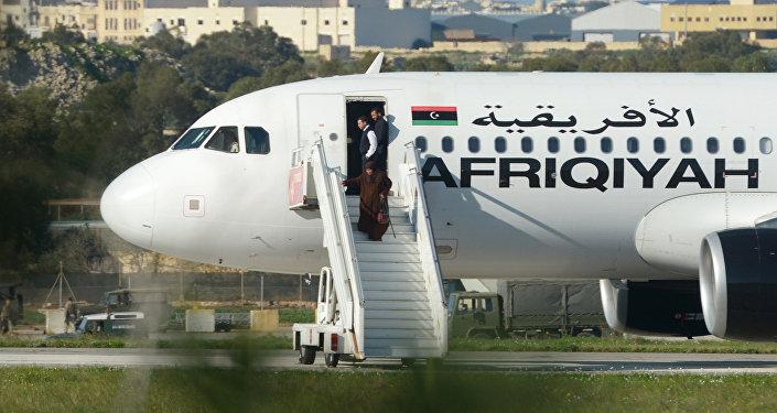 Refens ao deixar o avião sequestrado da empresa aérea Afriqiayah Airways, Malta, 23 de dezembro de 2016