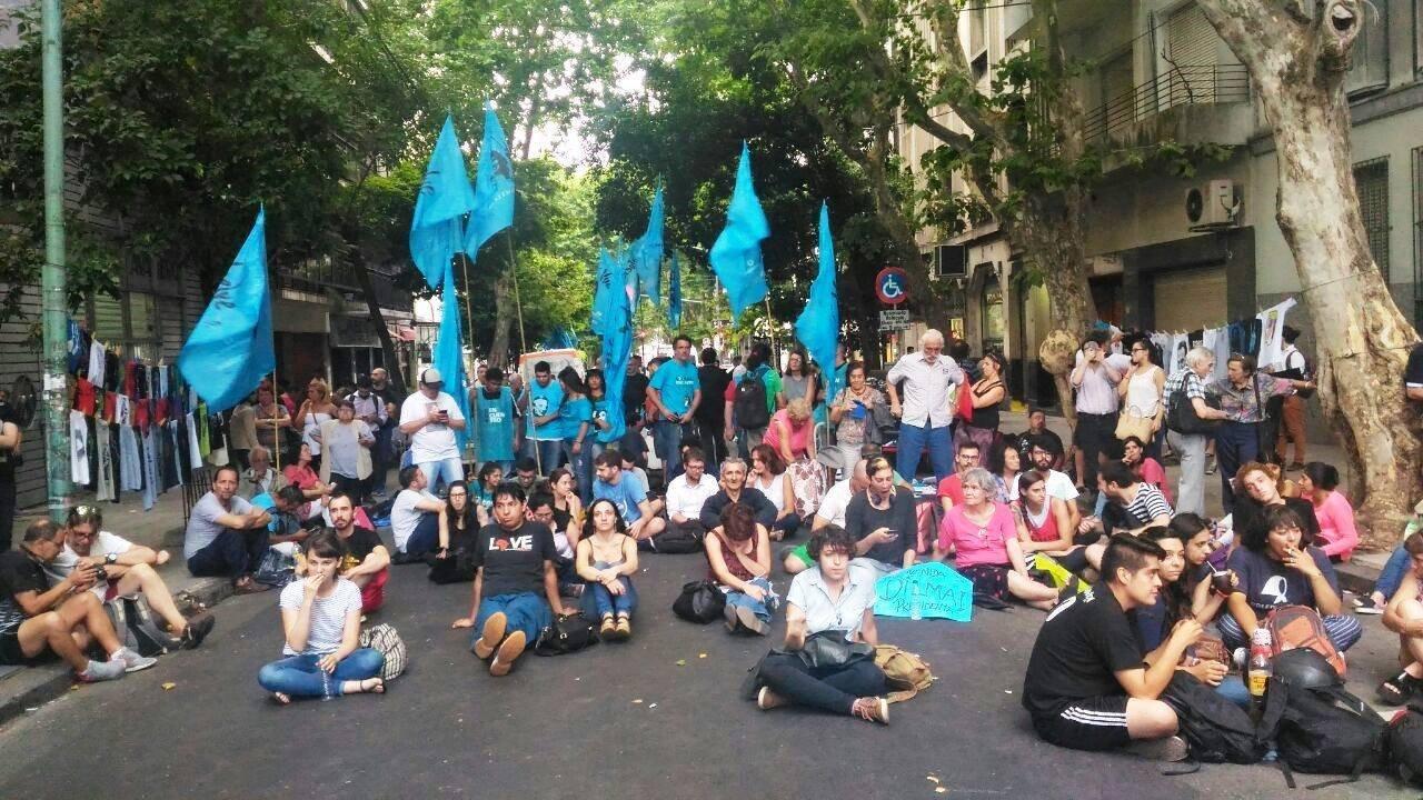 Do lado de fora militantes acompanhavam na rua o discurso de Dilma em um telão