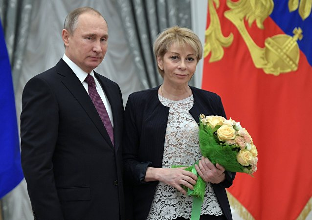 Presidente da Rússia, Vladimir Putin, condecora a médica e filantropa russa Elizaveta Glinka pela sua contribuição para a atividade filantrópica e defesa dos direitos humanos, 8 de dezembro de 2016