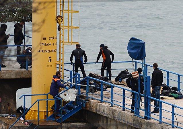 Operação de resgate no local do acidente com o avião russo Tu-154, em Sochi, em 25 de dezembro de 2016