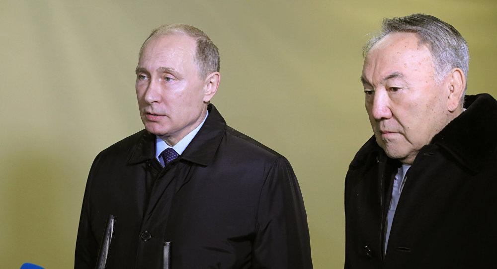 Vladimir Putin, presidente russo, com Nursultan Nazarbaev, presidente do Cazaquistão, expressam condolências pelo acidente aéreo do Tu-154